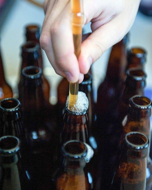 На фото – розлив пива с помощью сифона