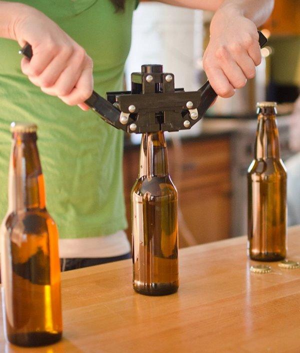 На фото – процесс укупорки бутылок с помощью аппарата