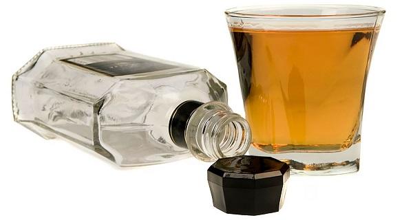 Стопка с алкоголем и пустая бутылка
